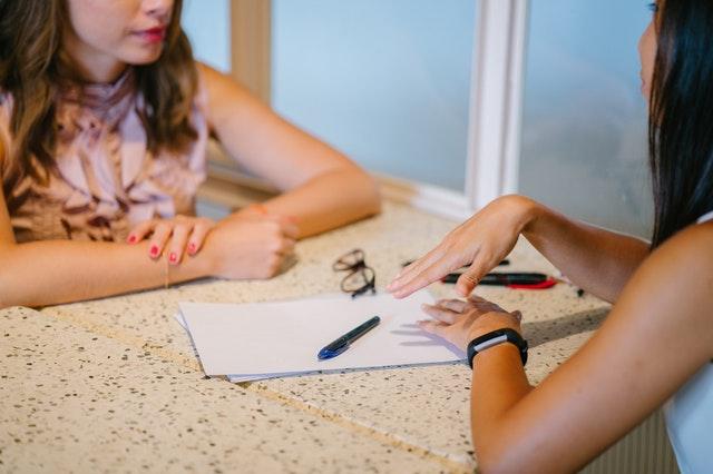 entretien d'embauche entre deux femmes