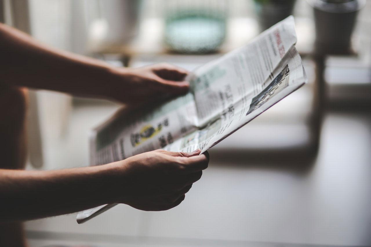 une personne lit un journal